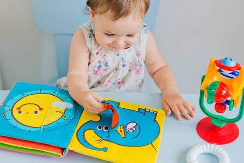 布絵本で遊んでいる赤ちゃん
